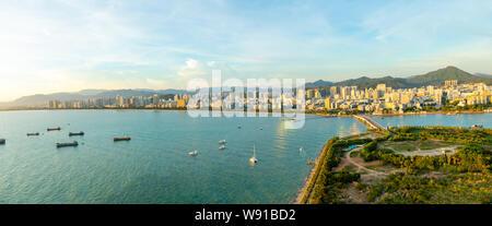 Sanya Stadt abend Stadtbild, Ansicht von Phoenix Insel auf der Insel Hainan in China - Stockfoto