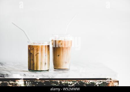 Iced Latte Kaffee in Gläser mit Strohhalmen, whate Wand Hintergrund - Stockfoto