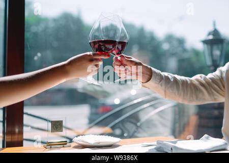 In der Nähe von Freunden Toasten Weingläser bei Party - Stockfoto