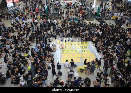 Hong Kong-11 August 2019: Millionen von Demonstranten zum internationalen Flughafen sitzen. Die Menschen in Hongkong gegen eine umstrittene Auslieferung Rechnung, die möglicherweise - Stockfoto