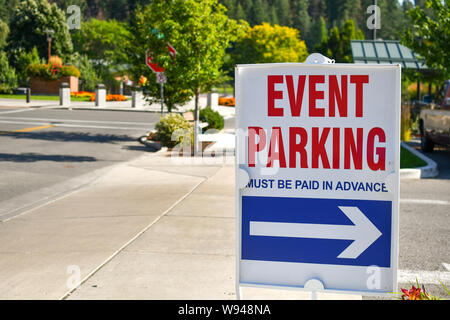 Eine rote, weiße und blaue Parkplatz Schild auf einer Straße Gehweg in Richtung event Parken an einem sonnigen Tag in ein unscheinbares Bergstadt. - Stockfoto