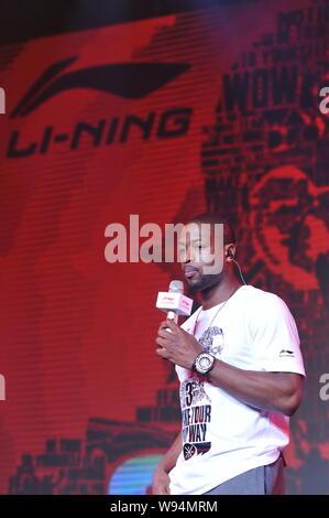 American Basketball player Dwyane Wade steht vor Li-Nings Logo während einer Pressekonferenz auf seiner Reise nach China in Peking, China, 3. Juli 2013. - Stockfoto