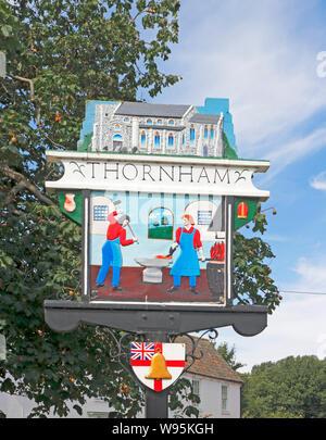Ein Blick auf die Ostseite des Dorfes Zeichen auf der A149 Küstenstraße im Norden von Norfolk auf Thornham, Norfolk, England, Vereinigtes Königreich, Europa. - Stockfoto