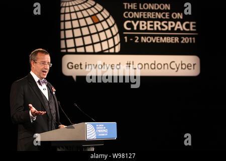 Toomas Hendrik Ilves, Präsident von Estland, liefert eine Rede auf der Londoner Konferenz über Cyberspace am Eingang des Queen Elizabeth II Confere