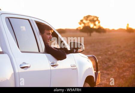 Landwirt James Hamilton auf seiner Trockenheit betroffenen Farm in Narromine, New South Wales. - Stockfoto