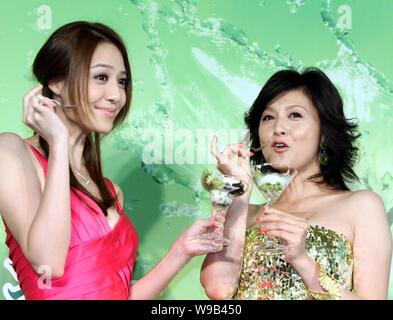 Die japanische Schauspielerin Norika Fujiwara, rechts, und taiwanesischen Model und Schauspielerin Bianca Bai genießen Sie Kiwis während einer kommerziellen Kampagne zu neuen Eifer fördern - Stockfoto