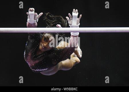Kansas City, Missouri, USA. 11 Aug, 2019. SIMONE BILES führt eine Freigabe auf dem stufenbarren während der abschließenden Tag der Konkurrenz an den Sprint Center, Kansas City, Missouri gehalten. Credit: Amy Sanderson/ZUMA Draht/Alamy leben Nachrichten