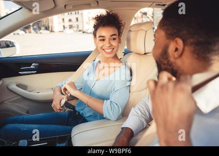Junge schwarze Paar Tragen von Sicherheitsgurten, Erprobung neuer Auto - Stockfoto