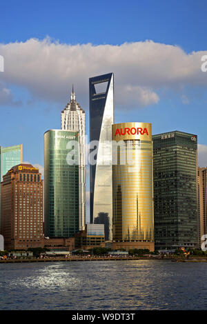 ---- (Von links) das Stadtbild von Shangri-la Hotel, Mirae Asset Tower, Jinmao Tower, dem Shanghai World Financial Center, Aurora Tower und City Tower - Stockfoto