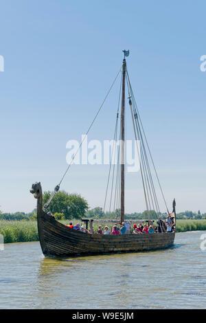 Eine Reproduktion Wikingerschiff, touristische Ausflüge entlang der Flussmündung in Carentan in der Normandie Nordfrankreich - Stockfoto