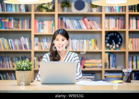 Junge asiatische Geschäft Freelancer arbeiten auf dem Smart computer Co Arbeitsbereich Büro. - Stockfoto