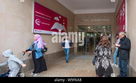 Baku, Aserbaidschan - Mai 2, 2019: Menschen, verlassen Sie den Baki Metropoliteni Sahil Stansiyasi Eingang zur U-Bahn Station - Stockfoto