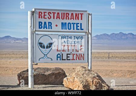 Ein Zeichen außerhalb des Kleinen ein 'Li' Inn in Rachel Nevada auf den Außerirdischen highway - Stockfoto