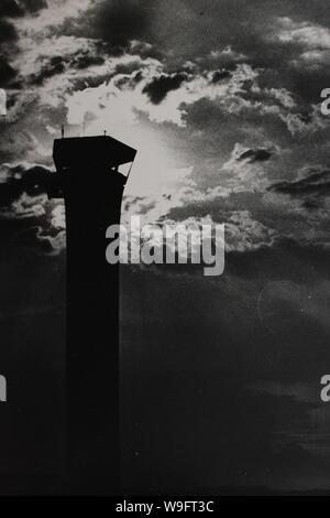 Feine schwarze und weiße Kunst Fotografie von den 1970er Jahren der Turm der alten O'Hare Airport.