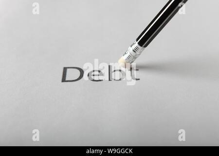 Studioaufnahme des Bleistifts löschen die Wort Schulden aus Papier