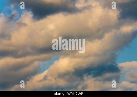 Atemberaubende Cloudscape - dramatische Wolken über Sky änderung Wetter vor dem Regen. Natürliche Meteorologie, Hintergrund, Textur. Atmosphärisch und opti - Stockfoto