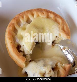 Mince tart in einem weißen Teller zu Weihnachten. - Stockfoto