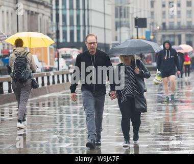 London, UK, 14. August 2019, starke Regenfälle über London Bridge als Duschen sind für den Rest der Woche vorhergesagt. Credit: Keith Larby/Alamy leben Nachrichten - Stockfoto