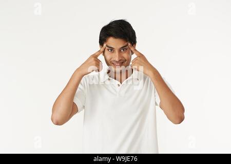 Junger Mann seine Stirn berühren und machen ein Gesicht - Stockfoto