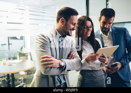 Bild von Geschäftsleuten mit digitalen Tablette im Büro - Stockfoto