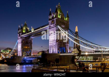 Die Tower Bridge und der Shard bei Dämmerung, London, England, Vereinigtes Königreich, Europa - Stockfoto