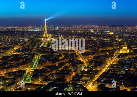 Erhöhten Blick auf den Eiffelturm, Skyline der Stadt und La Defense Wolkenkratzerviertel im Abstand, Paris, Frankreich, Europa - Stockfoto