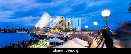 Sydney Opera House, Weltkulturerbe der UNESCO, und die Menschen in der Oper Bar in der Nacht, Sydney, New South Wales, Australien, Pazifik - Stockfoto