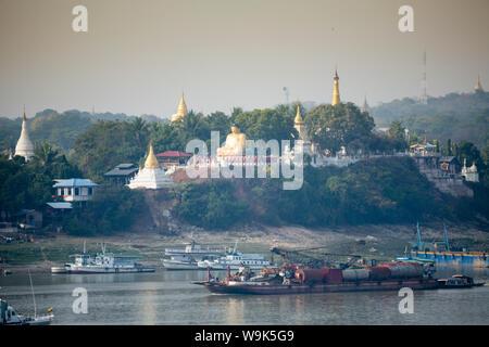 Anzeigen von buddhistischen Tempeln auf Sagaing Hill und dem Irrawaddy oder Ayeyarwady Fluss aus dem Mandalay Seite des Flusses, Sagaing, Myanmar, Südostasien - Stockfoto