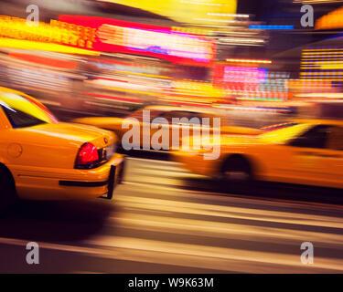 Traditionelle gelbes Taxi bei Nacht, New York City, Vereinigte Staaten von Amerika, Nordamerika - Stockfoto