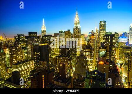 Das Empire State Building und Chrysler Gebäude, Manhattan Skyline bei Dämmerung, New York City, Vereinigte Staaten von Amerika, Nordamerika - Stockfoto