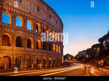 Rom Kolosseum (Flavischen Amphitheater) Nachts mit Licht Trail, UNESCO-Weltkulturerbe, Rom, Latium, Italien, Europa