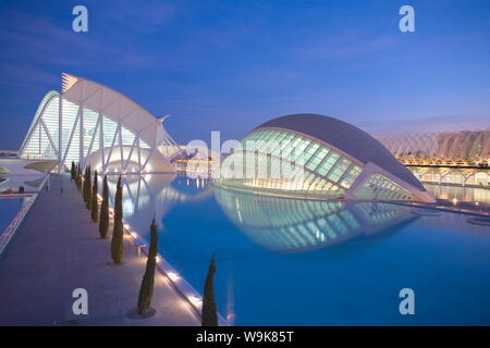 Hemisferic (Planetarium) und Principe Felipe Wissenschaftsmuseum in der Dämmerung, Architekten Santiago Calatrava, der Stadt der Künste und Wissenschaften, Valencia, Spanien, Europa - Stockfoto