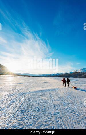 Skitouren auf Kungsleden (die Könige Trail) gefrorenen See, Abisko Nationalpark, Schweden, Skandinavien, Europa - Stockfoto