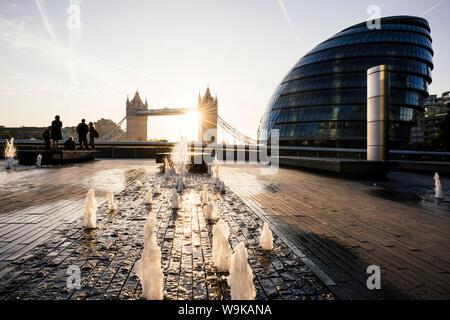 Sonnenaufgang hinter der Tower Bridge und der Bürgermeister der Gebäude (Rathaus), London, England, Vereinigtes Königreich, Europa - Stockfoto