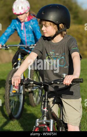 Junge Kinder Fahrrad an einem sonnigen Tag - Stockfoto