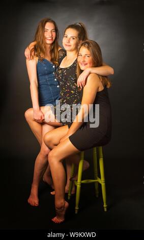 Drei Mädchen im Teenageralter in einem Studio - Stockfoto