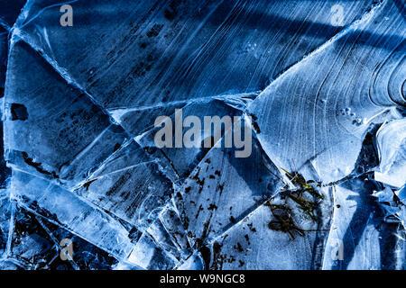 Blauen Risse im Eis Textur auf zugefrorenen Fluss - Stockfoto