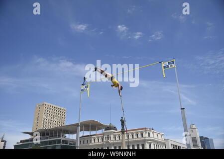 Rio de Janeiro-Brazil, 28. Februar 2016. Der Wettbewerb olympischer Sport, Stabhochsprung in Maua Platz, Wahrzeichen der Stadt Rio de Janeiro - Stockfoto