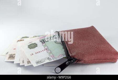 Russischer Rubel Banknoten in Braun wallet isoliert - Stockfoto