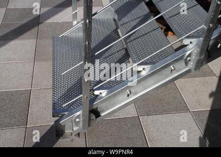 Eine Treppe mit Geländer aus verzinktem Stahl - Stockfoto