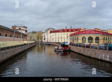 St. Petersburg, Russland - Juli 20., 2019. Zwei tour Boote sind nebeneinander in einem der Kanäle von St. Petersburg, Russland angedockt. - Stockfoto