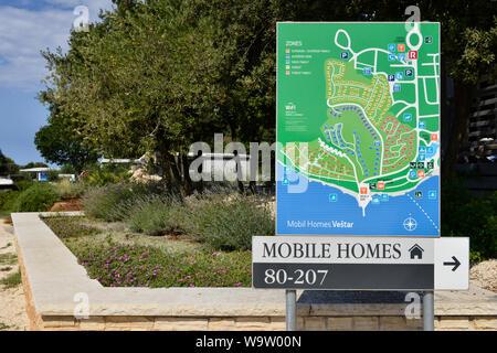 Wegweiser zur Orientierung im Resort. Camping Vestar (Campingplatz Vestar) in Rovinj, Istrien, Kroatien, Europa - Stockfoto
