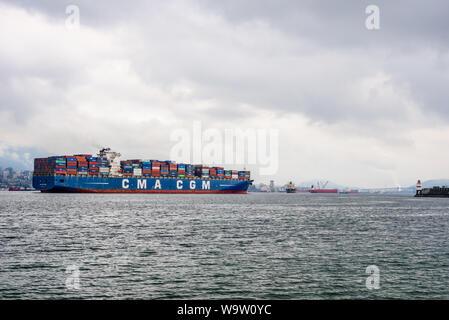 """VANCOUVER, BC, Kanada - 30. Oktober 2018: Die große geladen Containerschiff """"CMA CGM Vela' betritt den Hafen von Vancouver. - Stockfoto"""
