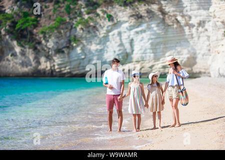 Foto von Happy Family Spaß am Strand. Sommer Lifestyle - Stockfoto