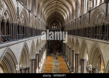 Das Kirchenschiff der Kathedrale von Salisbury (13. Jahrhundert), Wiltshire, England - Stockfoto