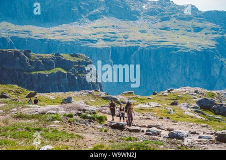 Juli 26, 2019. Norwegen touristische Route auf der trolltunga. Menschen, die Touristen zum Wandern in den Bergen von Norwegen bei schönem sonnigen Wetter zu thetrolltunga - Stockfoto