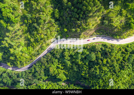 Luftaufnahme der Landstraße, die durch den tropischen Regenwald und Berg in Südostasien. - Stockfoto