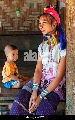 Porträt einer langen Hals Frau oder Paduang der Karen ethnischen Stamm, mit ihrem Kind, in der Region von Mae Hong Son an der Grenze zu Myanmar, Thailand.