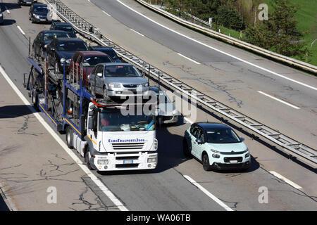Wassen, Kanton Uri Schweiz, Stau auf der Gotthard-Autobahn, Autotransporter mit Gebrauchtautos, Verkehr, Strassenverkehr, Ocassionen, Automobile, Autohande - Stockfoto