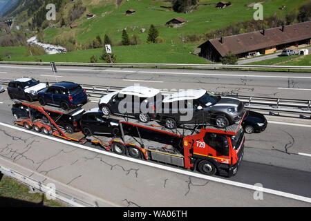 Wassen, Kanton Uri Schweiz, Stau auf der Gotthard-Autobahn, Autotransporter mit Mini Automobile, Verkehr Strassenverkehr, Ocassionen, Auto, Autohandel, Tr - Stockfoto